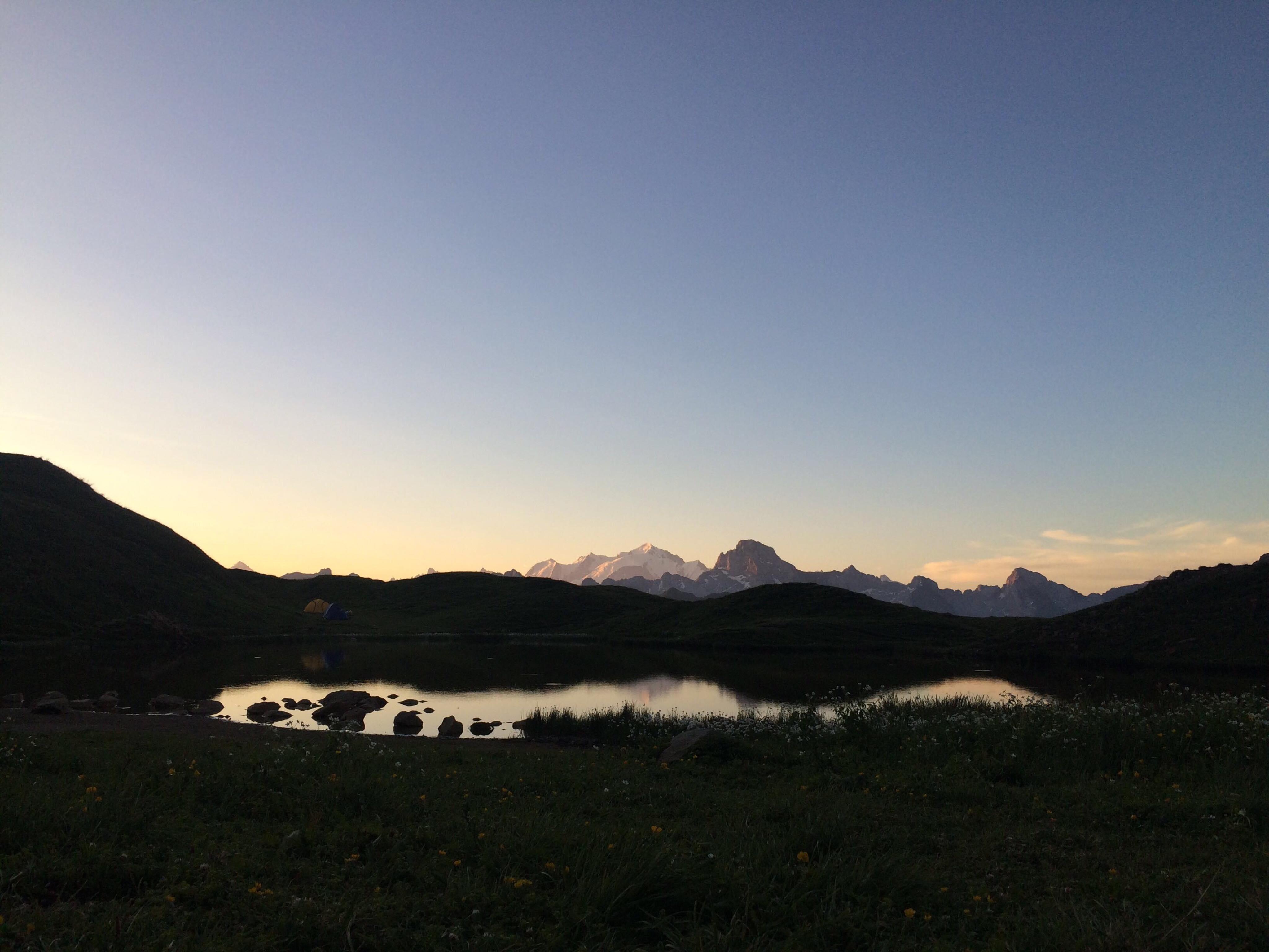 Vue sur le Massif du Mont Blanc depuis le lac de Peyre