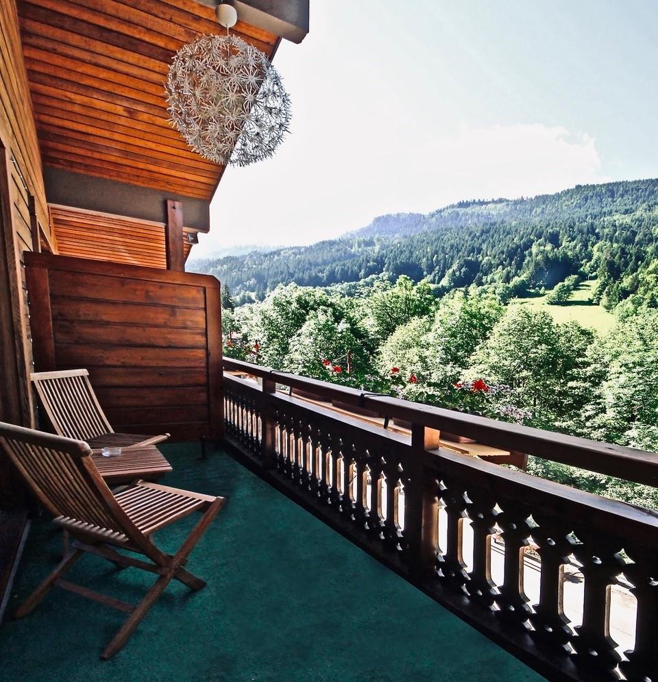Balcon de l'hôtel au dernier étage, vue sur la chaîne des Aravis