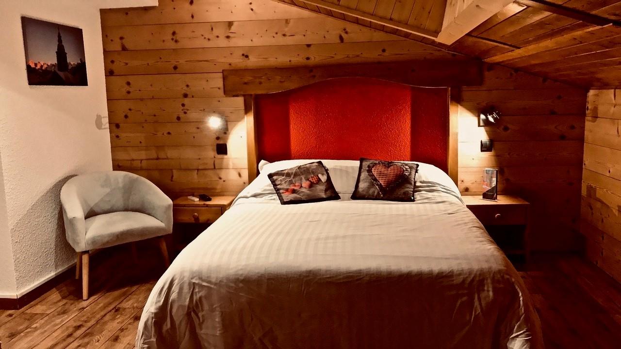Chambre 2 personnes avec une décoration rouge et montagnarde