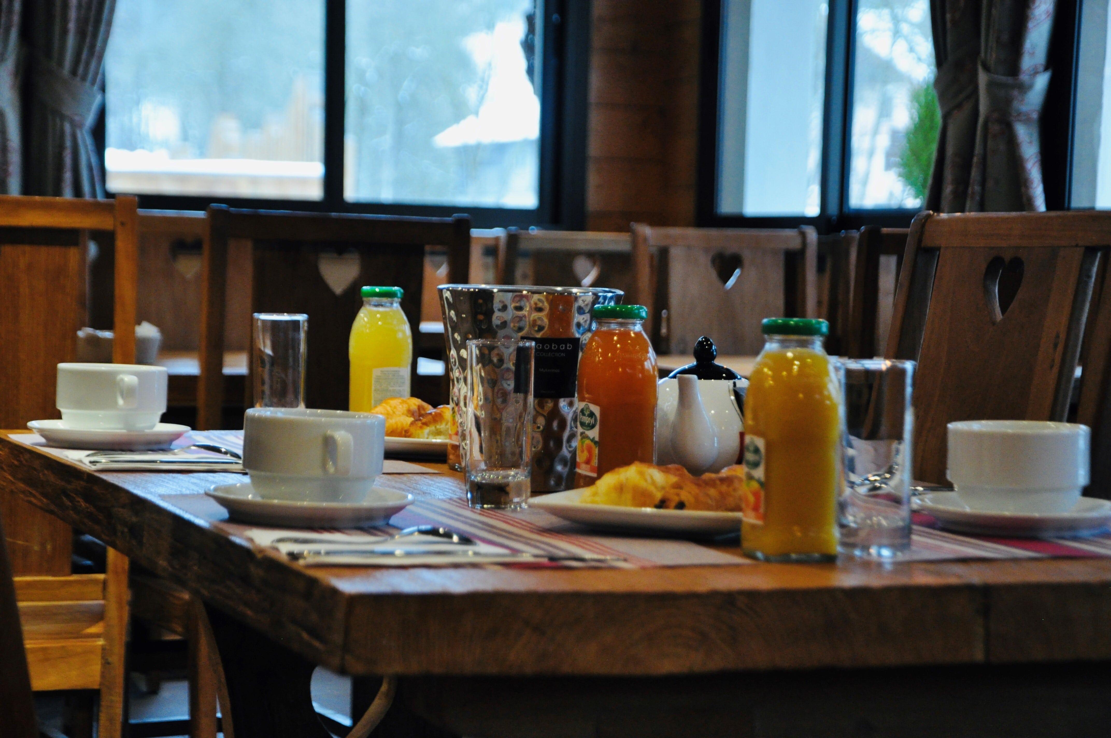 Buffet du petit déjeuner avec table dressée